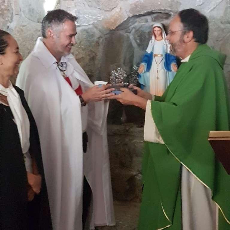 I Templari Cattolici d'Italia consegnano in dono un mattone della Porta Santa della Basilica di San Paolo di Roma a Padre Andrea Brustolon del Santuario di Nostra Signora della Salette a Viù
