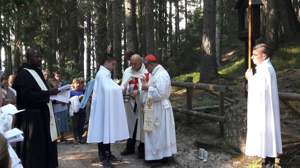 I Templari Cattolici d'Italia partecipano alla processione e Santa messa nella foresta antistante il Santuario, officiata da S.Em. Rev.ma Card. Crescenzio Sepe.