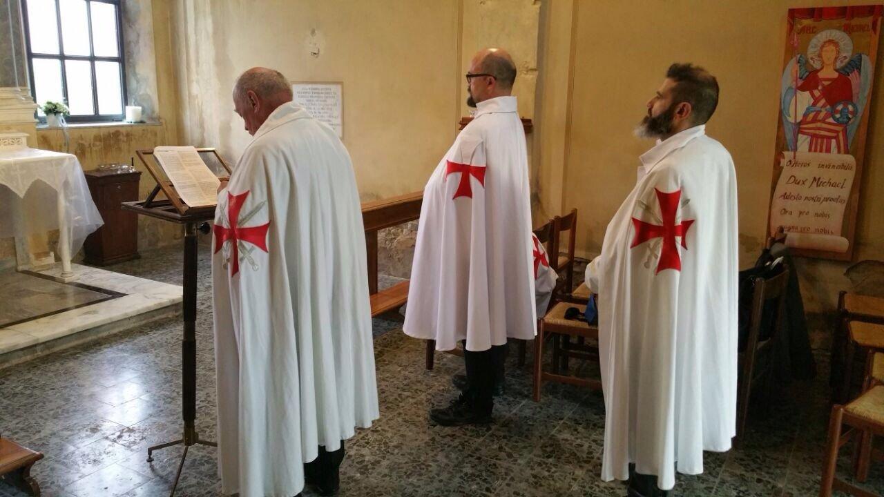 I Templari Cattolici d'Italia prestano servizio durante la settimana Mariana nella chiesa di San Lorenzo.
