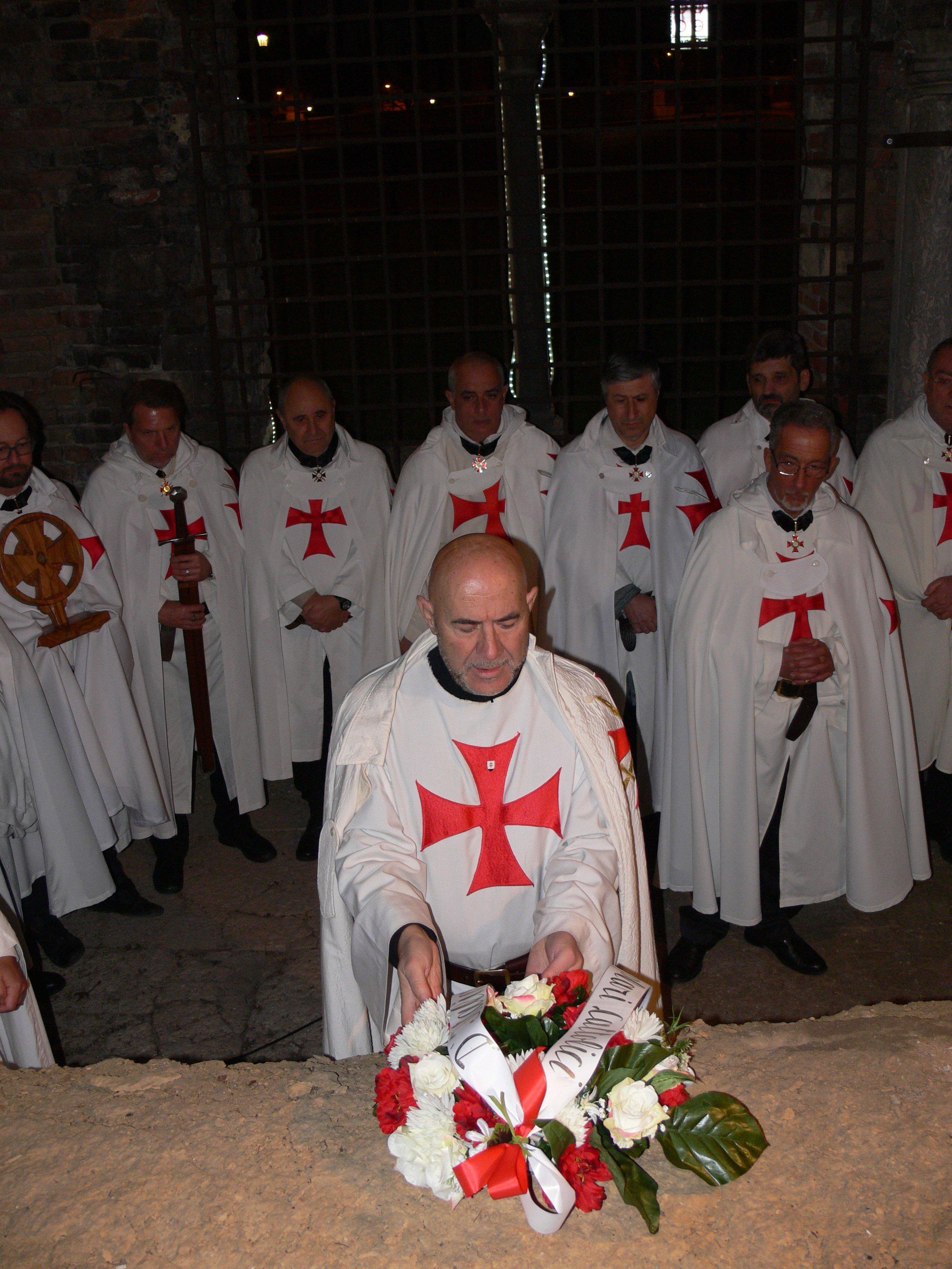 I Templari Cattolici d'Italia prestano servizio durante la celebrazione eucaristica a Verona, a seguire veglia di preghiera e posa di una ghirlanda di rose sulla tomba che con ogni probabilità è la tomba del Maestro dell'Ordine del Tempio Arnau De Torroja.
