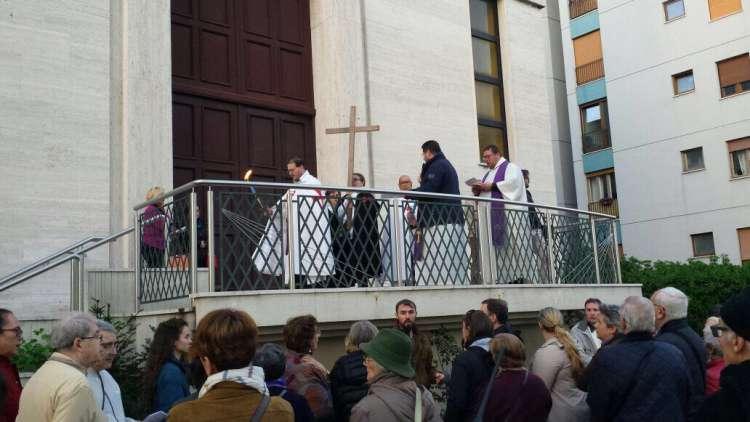 I Templari Cattolici d'Italia partecipano alla celebrazione della via crucis aux flambeaux interparrocchiale a Trieste.