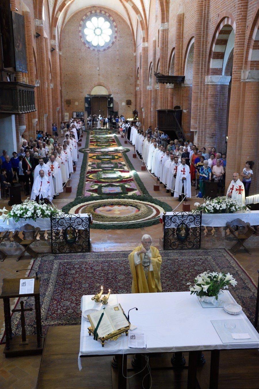 I Templari Cattolici d'Italia partecipano alla veglia notturna di preghiera per il Santissimo Corpo e Sangue di Cristo presso l'abbazia cistercense di Chiaravalle della Colomba, con Santa Messa mattutina alla presenza della suggestiva