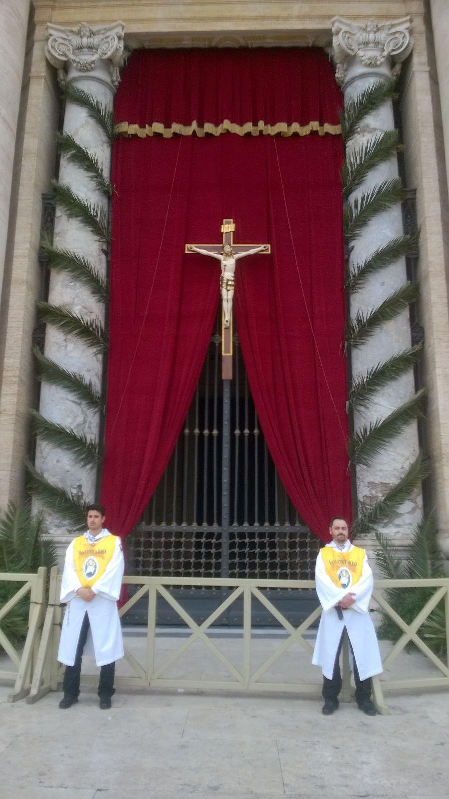 Templari Cattolici a custodia del Crocifisso per la Domenica delle Palme 2016 in piazza San Pietro con papa Francesco